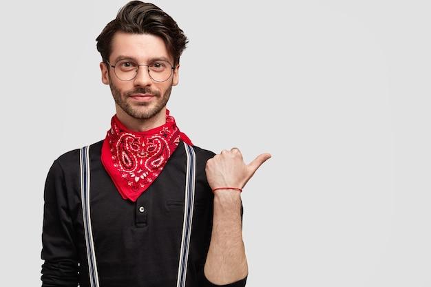赤いバンダナを身に着けているスタイリッシュな黒髪の男