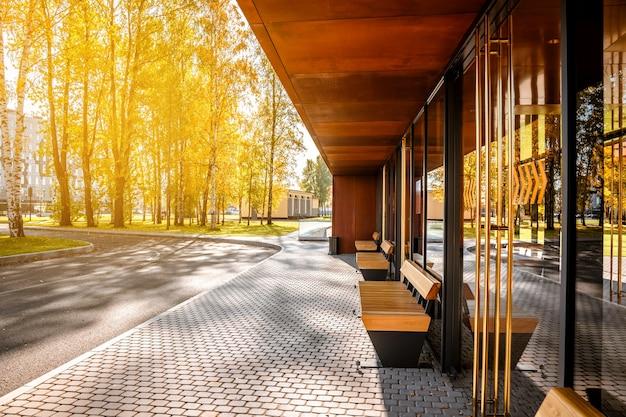 Стильная автобусная остановка с деревянными скамейками в современном стиле для города