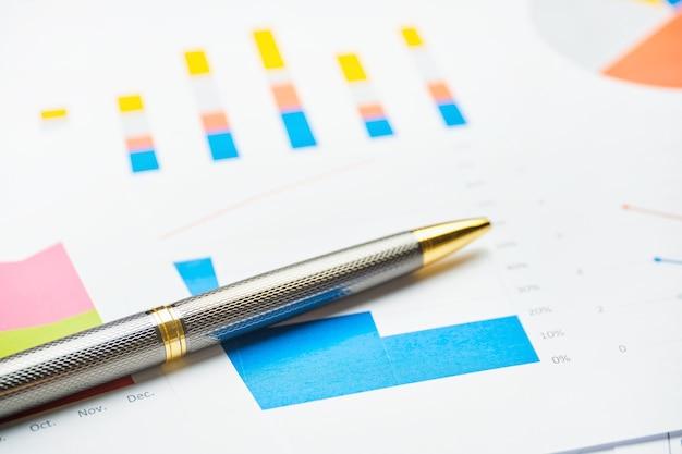 Стильная деловая ручка для бумажных диаграмм и отчетов.