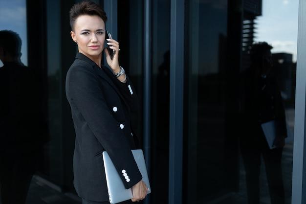 スタイリッシュなビジネスの女性の仕事、強くて自信を持って女性の概念