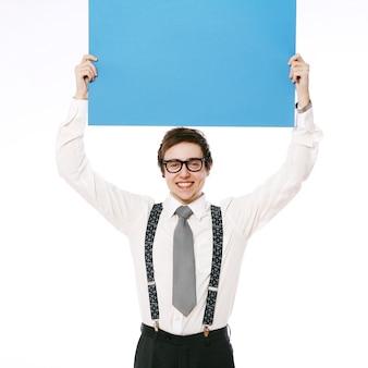 Uomo d'affari alla moda con tabellone per le affissioni vuoto