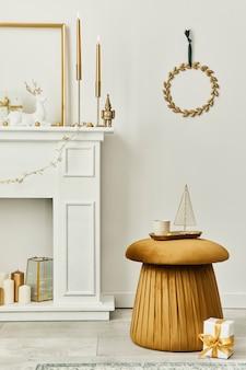 Стильная рождественская композиция в интерьере гостиной с белым дымоходом, елкой и венком, звездами, подарками и украшениями. приближается санта-клаус. шаблон.