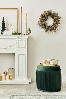 白い煙突、クリスマスツリーと花輪、星、ギフト、装飾が施されたリビングルームのインテリアでスタイリッシュなクリスマスの構成。サンタクロースが来ています。レンプレート。