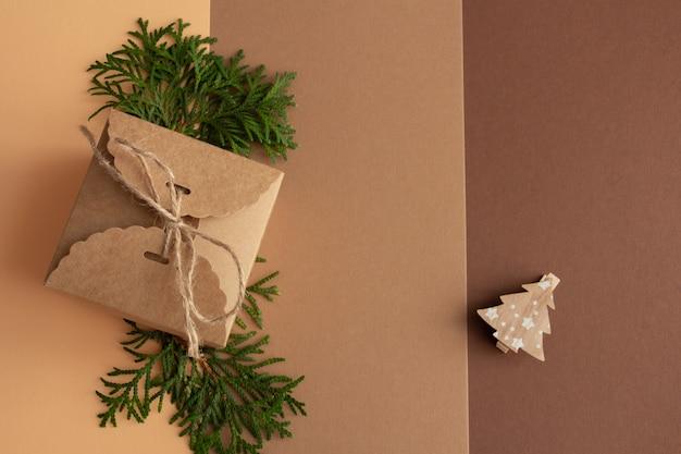 Стильная новогодняя композиция на коричнево-бежевом фоне дарит ель копией пространства