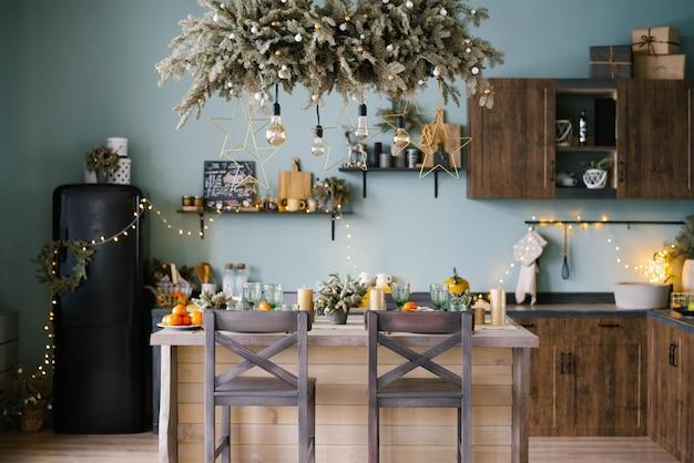 Стильная новогодняя кухня в голубых тонах