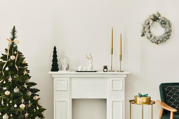 Интерьер стильной рождественской гостиной с зеленым диваном, белым камином, елкой и венком, подарками и украшениями. приближается санта-клаус. шаблон.