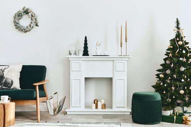 緑のソファ、白い煙突、クリスマスツリーと花輪、ギフトと装飾が施されたスタイリッシュなクリスマスのリビングルームのインテリア。サンタクロースが来ています。レンプレート。