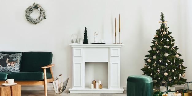 세련된 크리스마스 거실에는 녹색 소파, 흰색 굴뚝, 크리스마스 트리, 화환, 선물 및 장식이 있습니다. 산타 클로스가오고 있습니다. 주형.