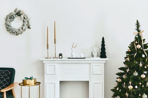 緑のソファ白い煙突のクリスマスツリーと花輪の贈り物とスタイリッシュなクリスマスのリビングルームのインテリア