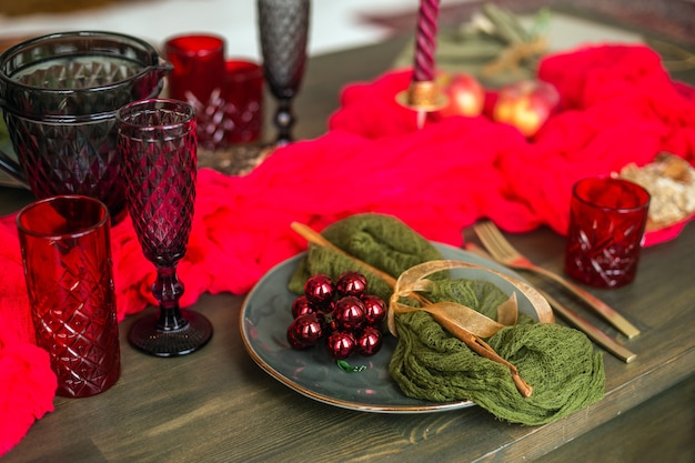 Стильная рождественская сервировка деревянного стола красная