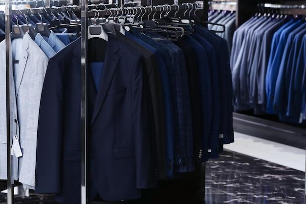 남성복 매장의 세련된 옷