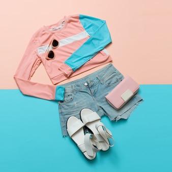 スタイリッシュな服。ジオメトリ。クリエイティブ。最小限。ホワイトサンダル。夏。バネ。流行に敏感なスタイル。パステルカラートレンドウォレットとサマーアクセサリー