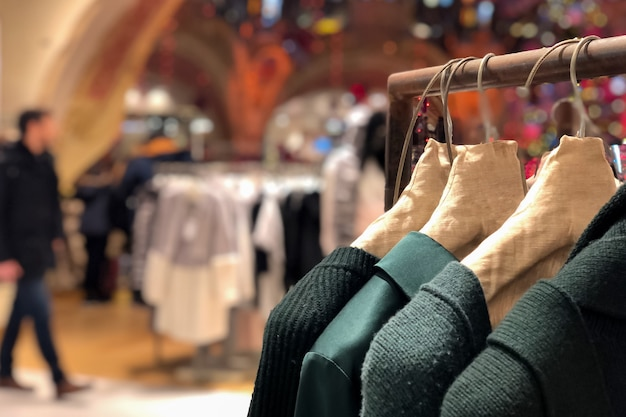 Стильная одежда на вешалках в розничном магазине. концепция моды и покупок