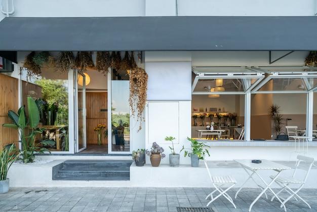通りのスタイリッシュなコーヒーショップ