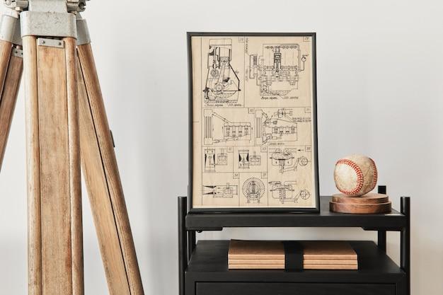 茶色の木製のモックアップポスターフレーム、本、黒い棚、装飾、エレガントなアクセサリーを備えたリビングルームのインテリアのスタイリッシュな構成。レンプレート。白い壁。