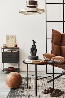 茶色の木製ポスターフレーム、本、黒い棚、装飾、エレガントなアクセサリーを備えたリビングルームのインテリアのスタイリッシュな構成。白い壁。
