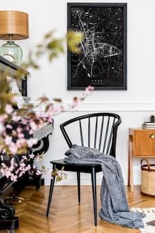 Стильная композиция в интерьере гостиной с черным пианино, дизайнерским креслом, черным макетом карты плаката, весенними цветами, лампой, мебелью и элегантными личными аксессуарами в современном домашнем декоре.