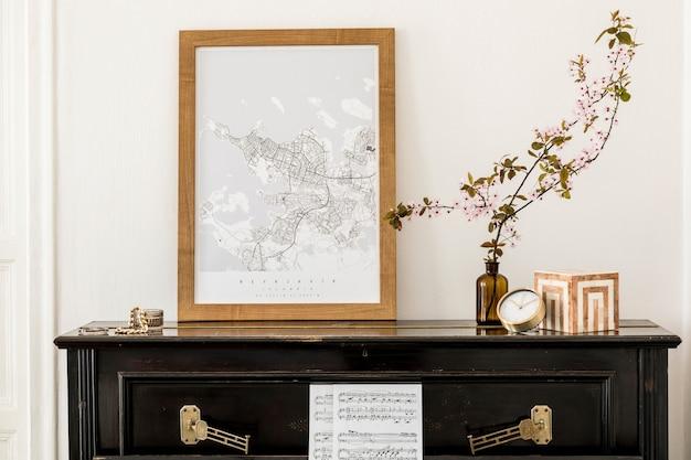 黒のピアノ、モックアップのポスターマップ、花瓶のドライフラワー、装飾、モダンな家の装飾のエレガントなプレソナルアクセサリーを備えたリビングルームのインテリアのスタイリッシュな構図。