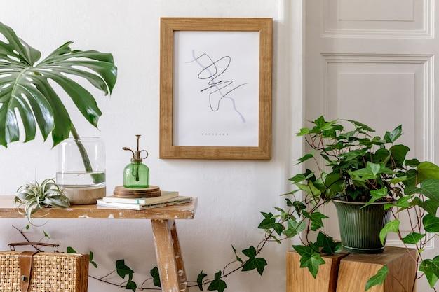 モダンなレトロなインテリアのスタイリッシュな構成、フレーム コーヒー テーブルの丸い鏡、たくさんの植物、アームチェア、ランタン、便器枕、格子縞、家の装飾にエレガントなパーソナル アクセサリー