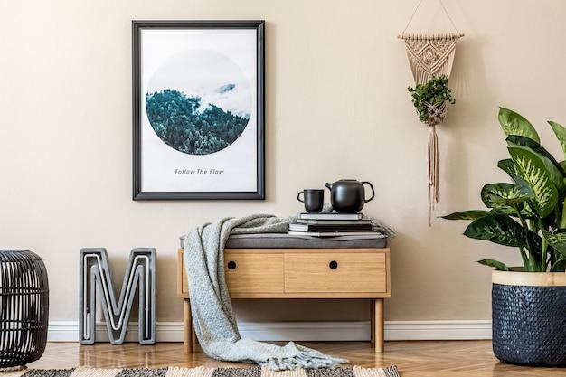Стильная композиция уютного и современного интерьера холла с каркасом деревянного туалета в клетку и аксессуарами бежевые стены паркетный пол