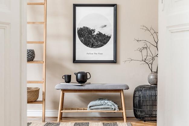 모의 포스터 프레임, 벤치, 격자 무늬, 식물 및 보호 액세서리가 있는 아늑하고 현대적인 홀/거실 인테리어 디자인의 세련된 구성. 베이지색 벽, 쪽모이 세공 마루 바닥. 주형.