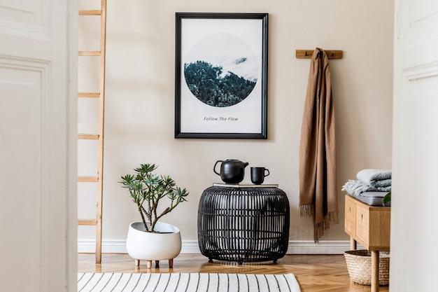 모의 포스터 프레임, 블랙 커피 테이블, 격자 무늬, 식물 및 보호 액세서리를 갖춘 아늑하고 현대적인 홀/거실 인테리어 디자인의 세련된 구성. 베이지색 벽, 쪽모이 세공 마루 바닥. 주형.