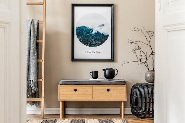 아늑하고 현대적인 홀/거실 인테리어 디자인의 세련된 구성에는 모의 포스터 프레임, 나무 화장실, 격자 무늬, 식물 및 보호 액세서리가 있습니다. 베이지색 벽, 쪽모이 세공 마루 바닥. 주형.