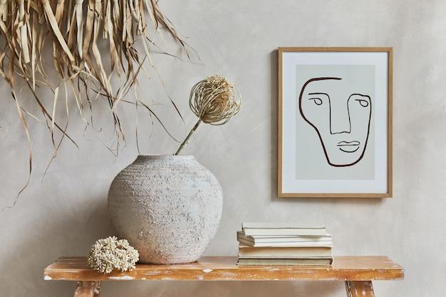 モックアップポスターフレーム、レトロなスタイルのベンチ、粘土の花瓶、食器、わらの装飾が施された居心地の良いリビングルームのインテリアのスタイリッシュな構成。素朴なインスピレーション。夏の雰囲気。ベージュの壁。レンプレート。