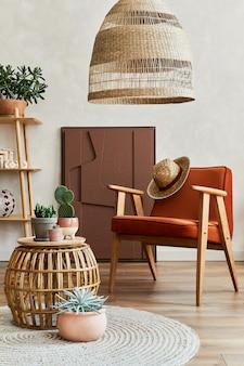구조 그림, 많은 식물, 안락 의자, 나무 큐브 및 보호 액세서리가 있는 아늑한 거실 인테리어의 세련된 구성. 베이지색 벽, 바닥에 카펫. 식물은 개념을 사랑합니다. 주형.