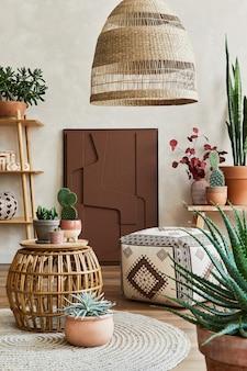 구조 그림, 많은 식물, 나무 큐브 및 보호 액세서리가 있는 아늑한 거실 인테리어의 세련된 구성. 베이지색 벽, 바닥에 카펫. 식물은 개념을 사랑합니다. 주형.