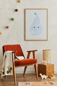 モックアップのポスターフレーム、赤いアームチェア、籐のランプ、ぬいぐるみ、吊り下げ式の装飾が施された、居心地の良いスカンジナビアの子供部屋のインテリアのスタイリッシュな構成。創造的な壁、床のカーペット。レンプレート。