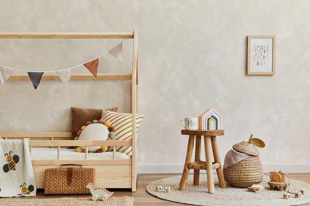 木製のベッド、おもちゃ、吊り下げ式の装飾が施された居心地の良いスカンジナビアの子供部屋のインテリアのスタイリッシュな構成。創造的な壁。スペースをコピーします。レンプレート。