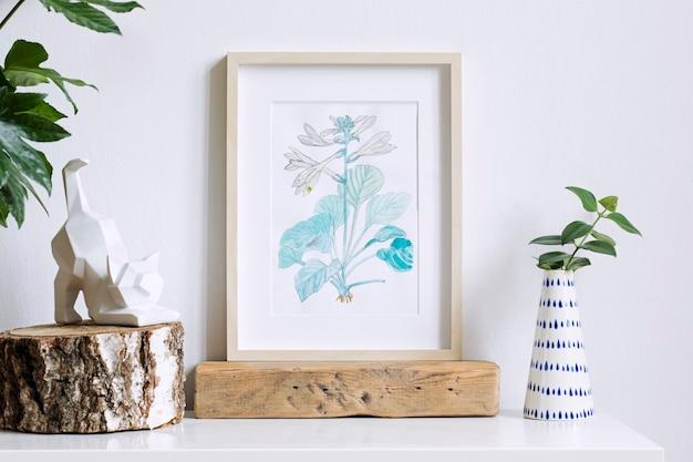 Стильная композиция креативного хипстерского домашнего интерьера с рамкой для плаката, растениями в дизайнерских горшках и геометрическими аксессуарами