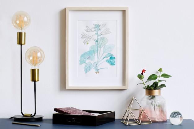 포스터 프레임, 디자인 냄비 및 geomertic 액세서리 식물이있는 창조적 인 힙 스터 홈 인테리어의 세련된 구성