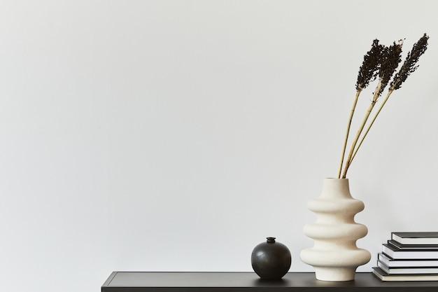 コピースペース、金属製の棚、植物、個人用アクセサリーを備えたクリエイティブな部屋のインテリアデザインのスタイリッシュな構成。黒と白のコンセプト。レンプレート。