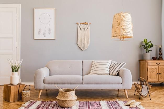 Стильная композиция креативного интерьера просторной гостиной с каркасом, диваном, журнальным столиком, растениями, ковром и аксессуарами. серые стены и паркетный пол.