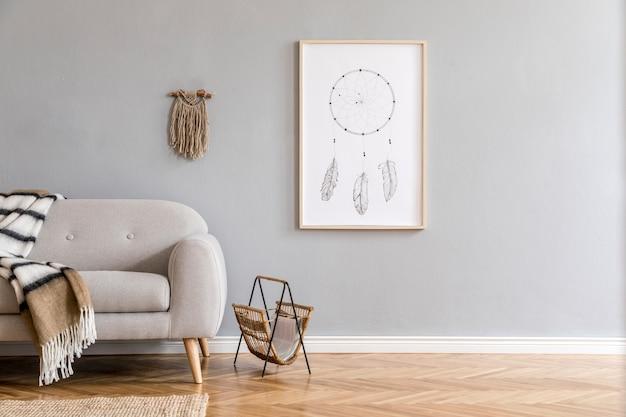 モックアップポスターフレーム、ソファ、コーヒーテーブル、植物、カーペット、アクセサリーを備えたクリエイティブで広々としたリビングルームのインテリアのスタイリッシュな構成。灰色の壁と寄木細工の床。自由奔放に生きるスタイル。レンプレート