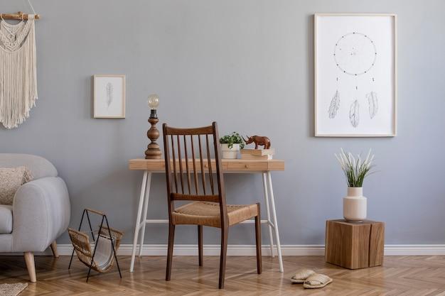 프레임, 목재 테이블 및 의자, 식물 및 액세서리가있는 창의적인 넓은 작업 공간 인테리어의 세련된 구성. 회색 벽과 쪽모이 세공 마루 바닥. boho 스타일.