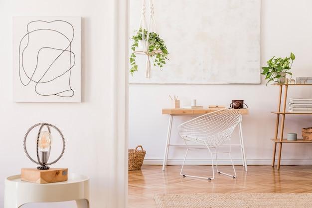 목재 가구, 식물, 카펫 및 액세서리를 갖춘 창의적인 작업 공간 인테리어의 세련된 구성. 흰색 벽과 쪽모이 세공 마루 바닥.