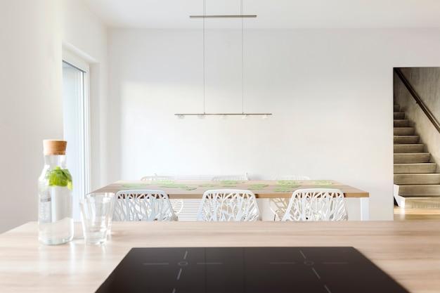 Стильная композиция дизайна интерьера столовой со столом и стульями