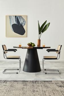 デザインテーブル、モダンな椅子、装飾、花瓶の熱帯の葉、果物、抽象的なモックアップ絵画、家の装飾のエレガントなアクセサリーを備えたダイニングルームのインテリアのスタイリッシュな構成