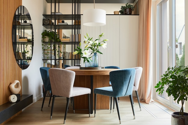 벨벳 안락 의자, 디자인 rouded 나무 테이블 및 아름다운 개인 액세서리와 우아한 식당 인테리어 디자인의 세련된 구성. 매력적인 인테리어 디자인 영감. 주형.