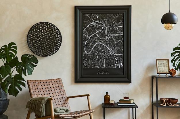 모의 포스터 프레임, 갈색 안락의자, 산업적 기하학적 선반 및 개인 액세서리를 갖춘 우아한 남성적인 거실 인테리어의 세련된 구성. 주형.