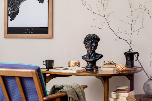 책꽂이와 빈티지 테이블이있는 개인 도서관 내부의 우아한 개인 액세서리의 세련된 구성. 레트로 가정 장식. 양초, 사진 카메라 및 많은 책 .. 닫습니다.