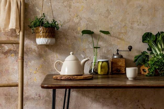 가정 장식의 와비 사비 개념에 패밀리 테이블, 야채, 차 주전자, 디저트, 식품 공급, 식물 및 주방 액세서리와 주방 인테리어의 세련된 구성.