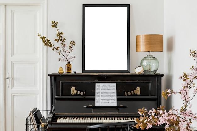 Стильная композиция интерьера гостиной с макетом рамки плаката и фортепиано