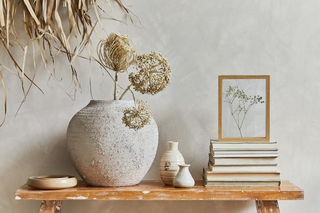 복사 공간이 있는 거실 인테리어의 세련된 구성, 복고풍의 벤치, 점토 꽃병 및 그릇. 소박한 영감. 여름 분위기. 베이지색 벽. 주형.