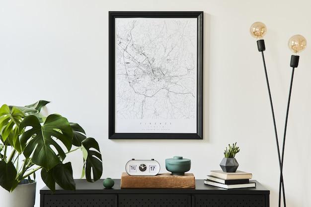 디자인 블랙 옷장, 많은 식물,지도, 장식 및 우아한 개인 액세서리와 함께 거실 인테리어의 세련된 구성 .. 현대 가정 장식.