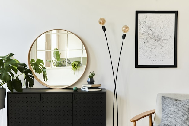 Стильная композиция интерьера гостиной с дизайнерским черным комодом, множеством растений, макетом-картой, декором и элегантными личными аксессуарами. шаблон. современный домашний декор.