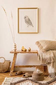 Стильная композиция интерьера гостиной с каркасом, деревянной скамейкой, подушкой, пледом, женской сумкой, сухоцветами в вазе, декором и элегантными личными аксессуарами в современном домашнем декоре.